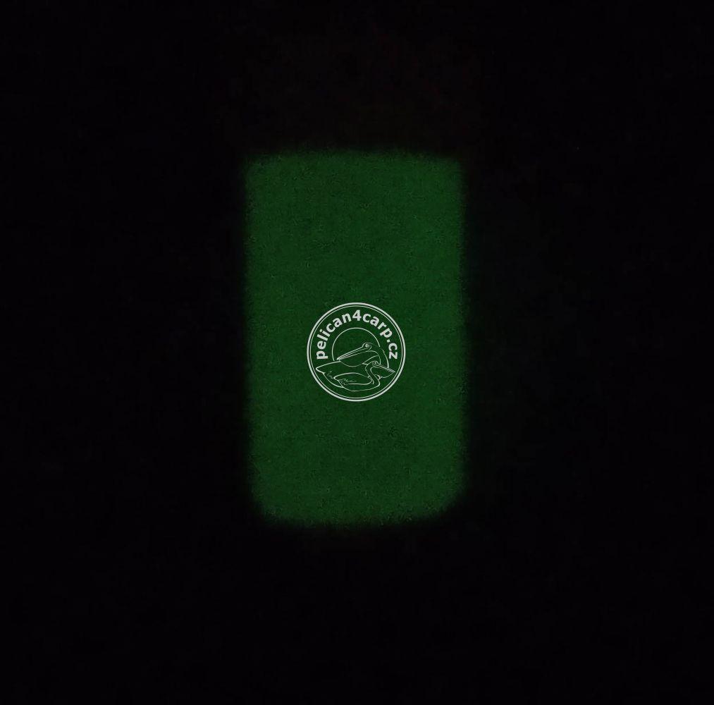Číhatko na šnurce zelené po nasvícení svítí